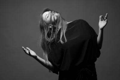 Tam vhluboké tmě tepe azáří – komorní sólový koncert (Vladivojna La Chia, VJ Jakub Aeldryn)