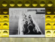 Guided tour of project Umění začarou / Line Art (exhibition in the Prague Metro station) (cs)