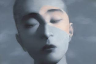 Zhang Xiaogang, Amnézie a paměť – chlapec se zavřenýma očima, 2006, olej na plátně, 200×260 cm
