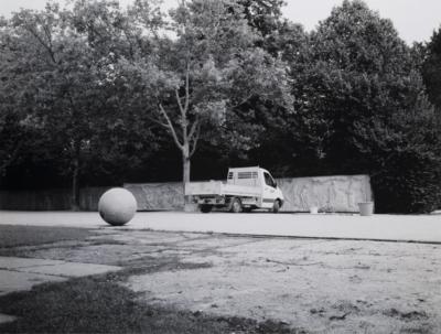 online / Komentář Aleny Kotzmannové kcyklu černobílých fotografií snázvem Koule (1998–2015)