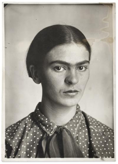 Výtvarná dílna pro dospělé aseniory: Portrétní studiová fotografie II / kvýstavě Frida Kahlo – Fotografie