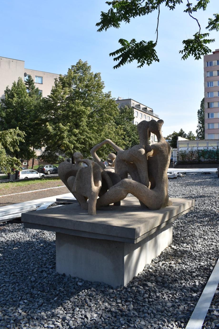 Miroslav Jirava, Milenci, 1966, park v ulici U Kněžské louky, Praha 3-Žižkov