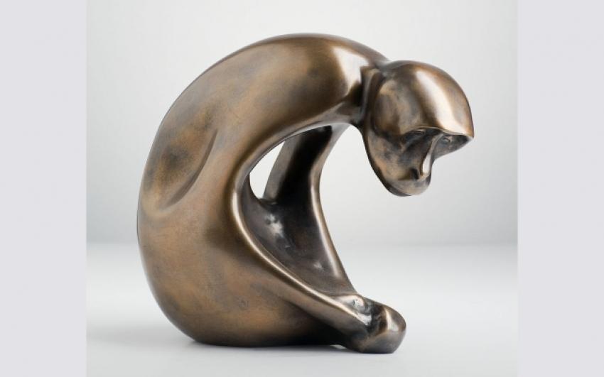 Vincenc Vingler, Opice ohnutá, 1949, v. 30 cm, bronz, soukromý majetek