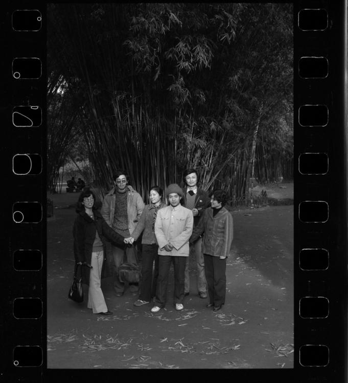 Xiao Quan, Básnířky a básníci přijeli na sympozium poezie časopisu Hvězdy a na procházce v parku Wangjing si udělali skupinové foto: (zleva) Shu Ting, Bei Dao, Xie Ye, Gu Cheng, Li Gang a Fu Tianlin, 1986, Chengdu