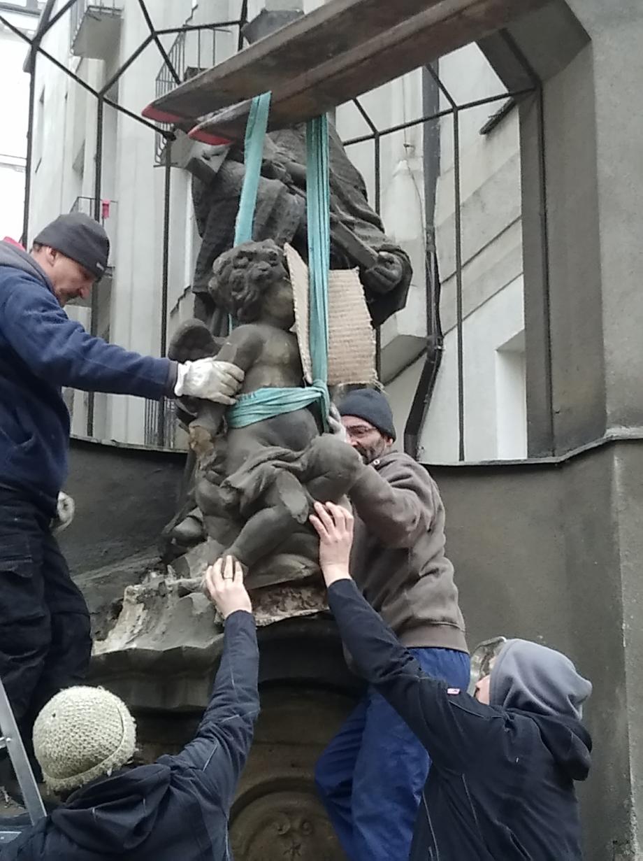 sejmutí sousoší sv. Jana Nepomuckého z podstavce, Spálená, Praha 1