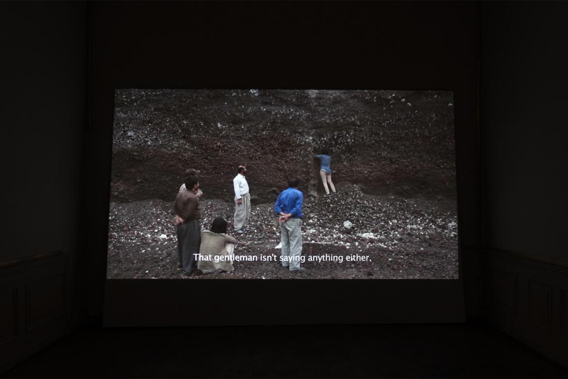 pohled do výstavy Shadi Harouni: Sním o tom, že je hora stále celá, Colloredo-Mansfeldský palác, piano nobile, 2018. Foto Radek Brousil