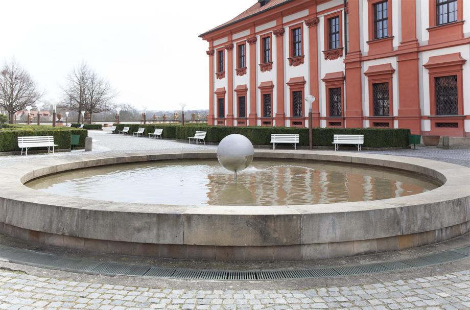 instalace v zámecké kašně, Vladimír Škoda: Harmonices Mundi / Johannes Kepler, Zámek Troja, 2018. Foto Barbora Fastrová