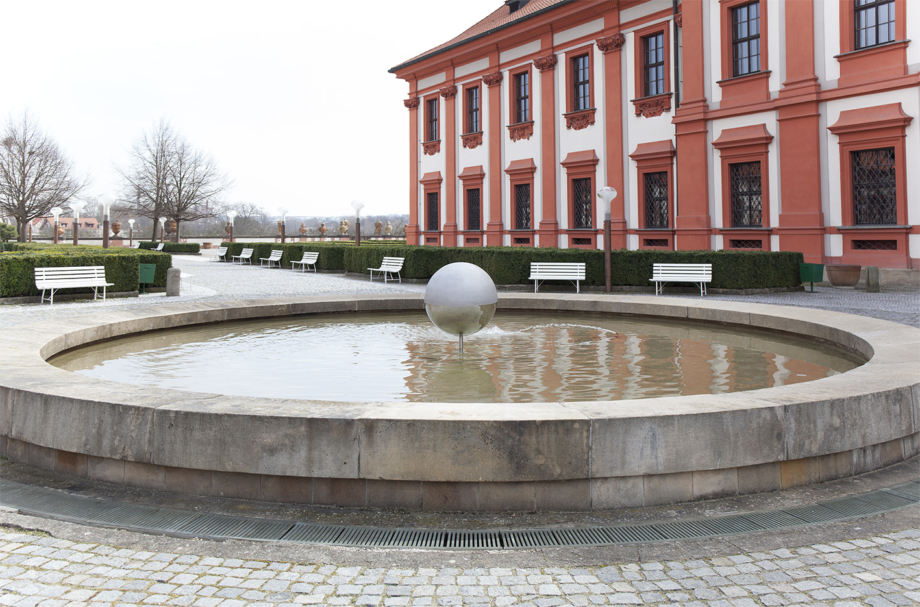 installation in the château fountain, Vladimír Škoda: Harmonices Mundi / Johannes Kepler, Troja Château, 2018. Photo by Barbora Fastrová