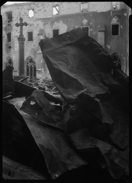Josef Sudek, Rajský dvůr kláštera v Emauzích, 1945, digitálně upravený negativ, 18×13 cm, Fototéka ÚDU, S12326N. Repro © Vlado Bohdan, ÚDU. © Josef Sudek, dědicové