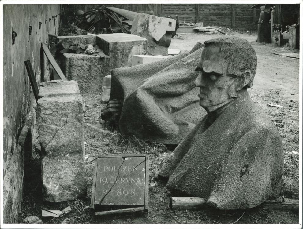 """Josef Sudek, """"Rozložená kamenná socha F. Palackého od St. Suchardy ve skladišti na Maninách"""" (Kalendář, obr. 10), 1945, bromostříbrná fotografie, 17,7×23,3 cm, Sbírka fotografie AHMP, II 528. © Josef Sudek, dědicové"""