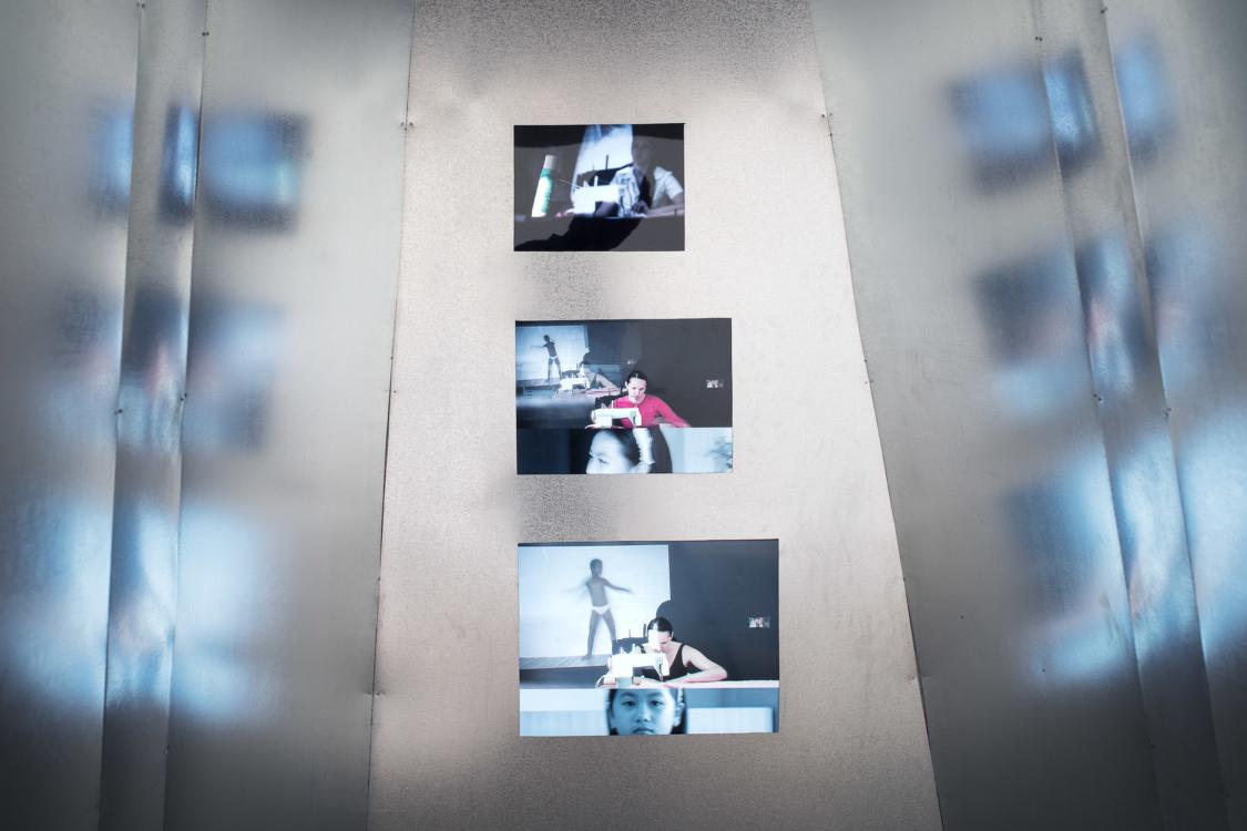 pohled do expozice Sráč Sam: Rozdíl v otázce, Colloredo-Mansfeldský palác, 3. patro, 2018. Foto Tomáš Souček