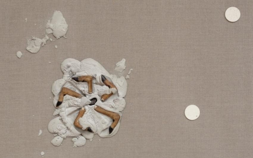 Vše podstatné, materiál-beton, srnčí kopýtka, filc na plátně, 130×110 cm, 2011-2013