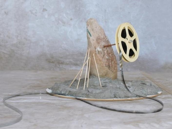 Před večerem (Before Evening), objekt, materiál-beton, kov, mramor, špejle, cívka s 8 mm filmem)