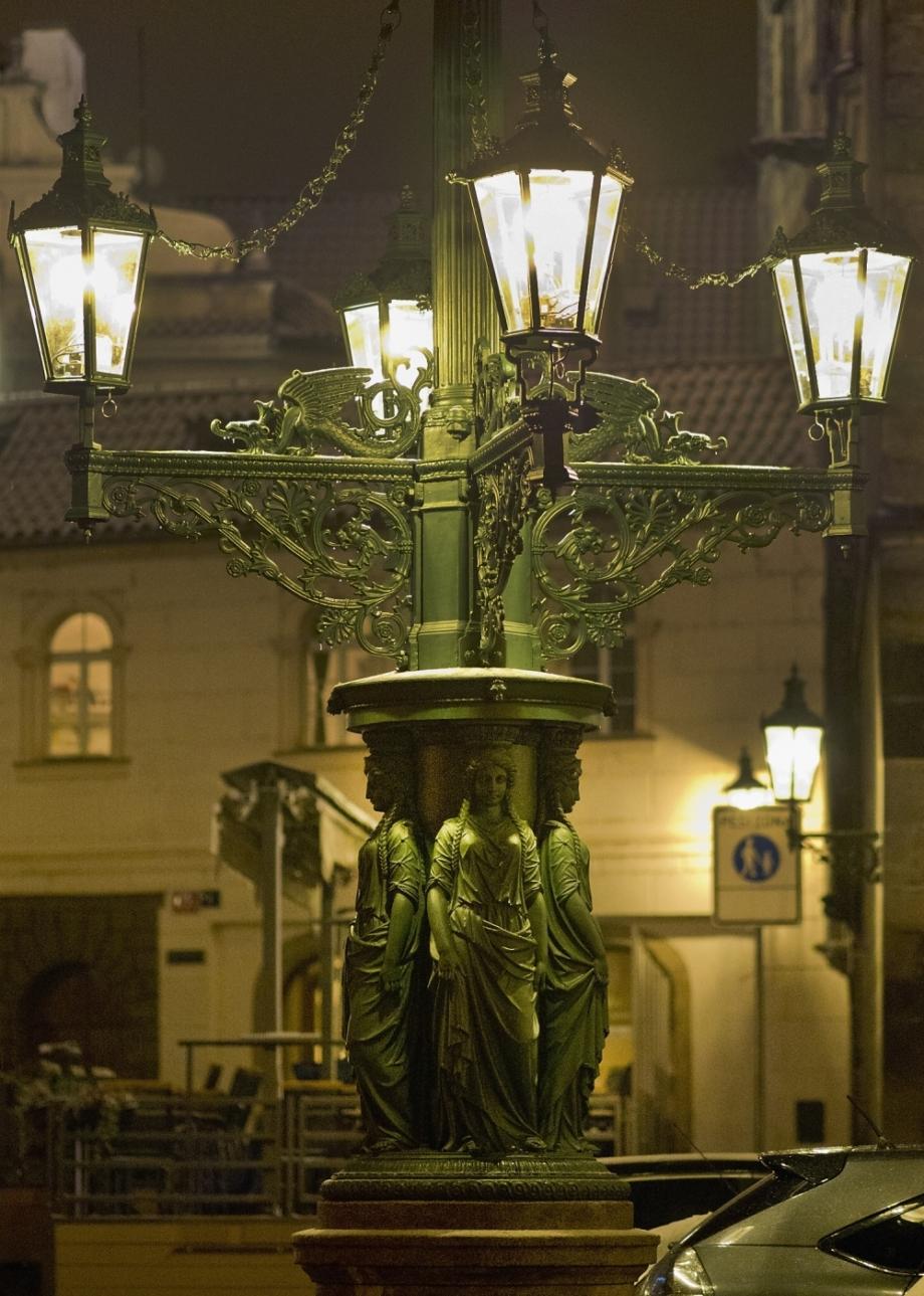 Nově restaurované plynové osvětlení na malostranském Dražického náměstí se slavnostně rozsvítilo 2. 12. 2014. Foto Dorian Hanuš