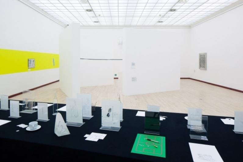 pohled do výstavy Ján Mančuška: První retrospektiva, Městská knihovna, 2. patro, 2015. Foto Tomáš Souček