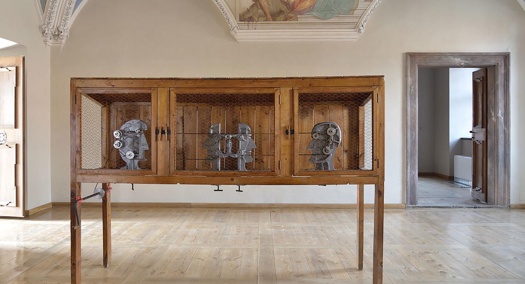Nejista_Sezona_06_Karel Nepraš, Přepadení králíkárny, 1968–70, kombinovaná technika, 180 × 248 × 70 cm