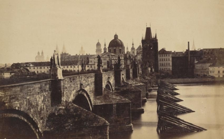 Andreas Groll, pohled na Karlův most z Malé Strany, 1855 nebo 1856, albuminová fotografie, Ústav dějin umění AV ČR