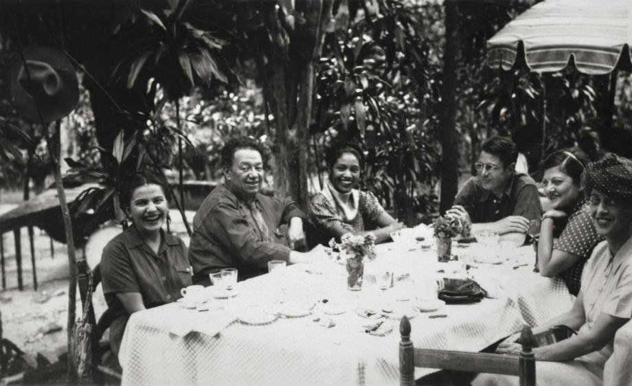 Frida a Diego s přáteli, anonym, kolem roku 1945. © Muzeum Fridy Kahlo