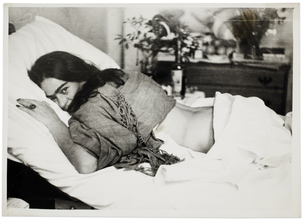 Frida ležící na břiše, Nickolas Muray, 1946. © Muzeum Fridy Kahlo