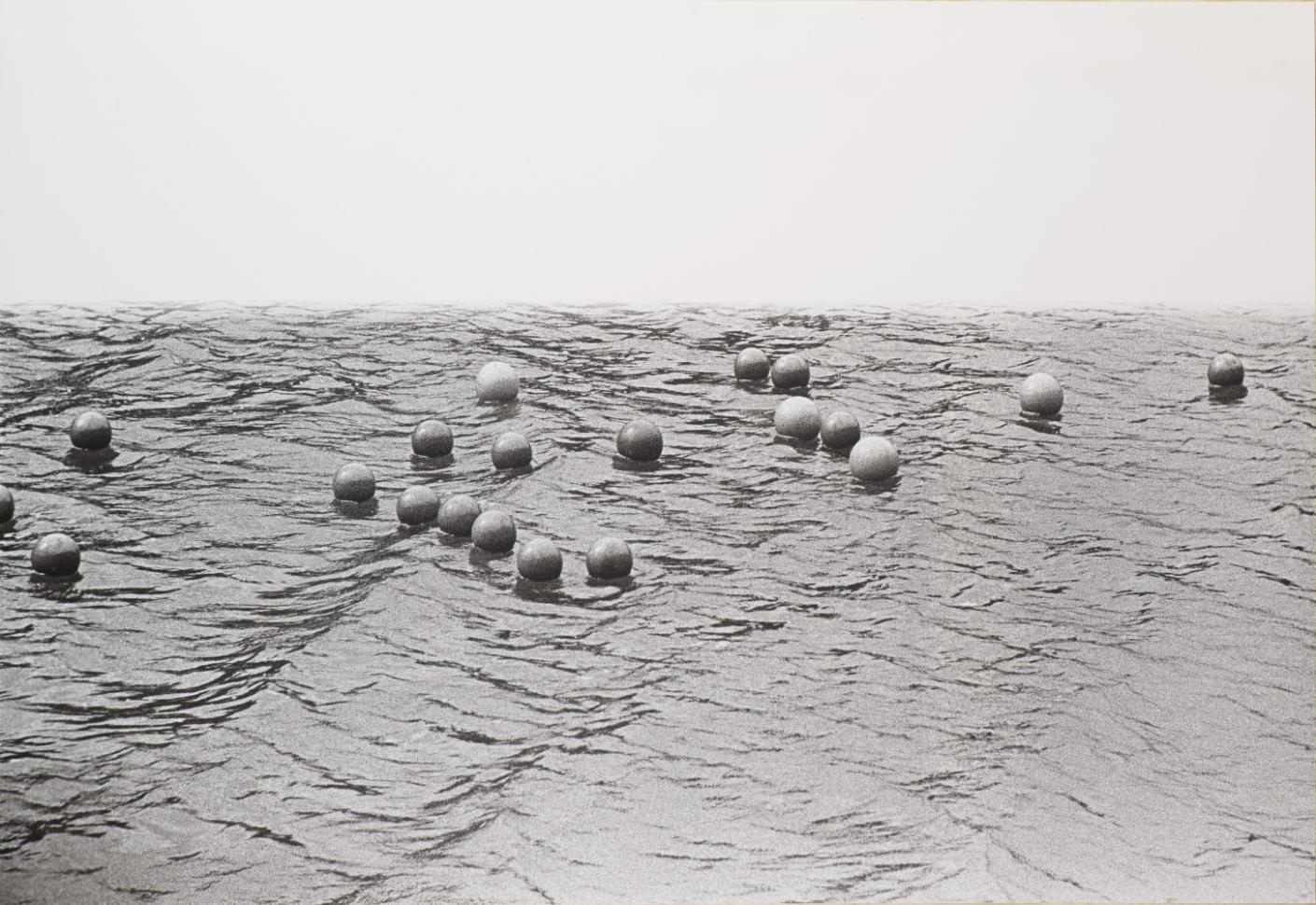 Zorka Ságlová, Házení míčů do průhonického potoka Bořín, 1969, fotografie, papír, 67×100 cm