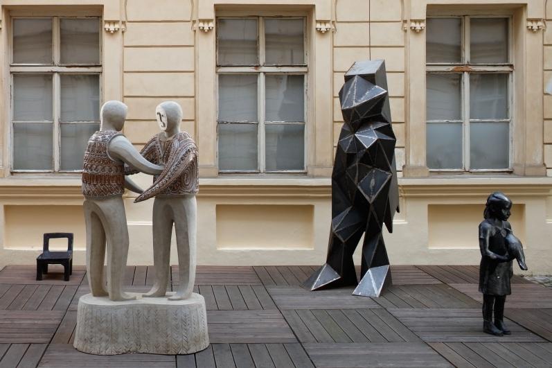 pohled do výstavy Médium figura, Colloredo-Mansfeldský palác, 2017. Foto Martin Polák