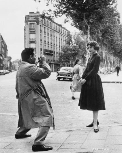 Sam Shaw a Audrey Hepburn, Paříž 1957. © Sam Shaw Inc.
