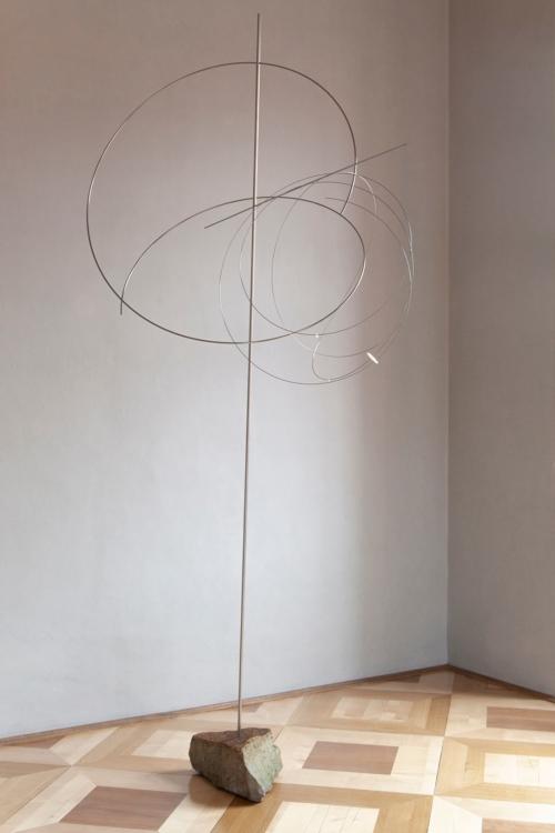 pohled do výstavy Aleš Hnízdil, Jiří Kačer – sochy a objekty, zámek Troja, 2019. Foto Barbora Fastrová