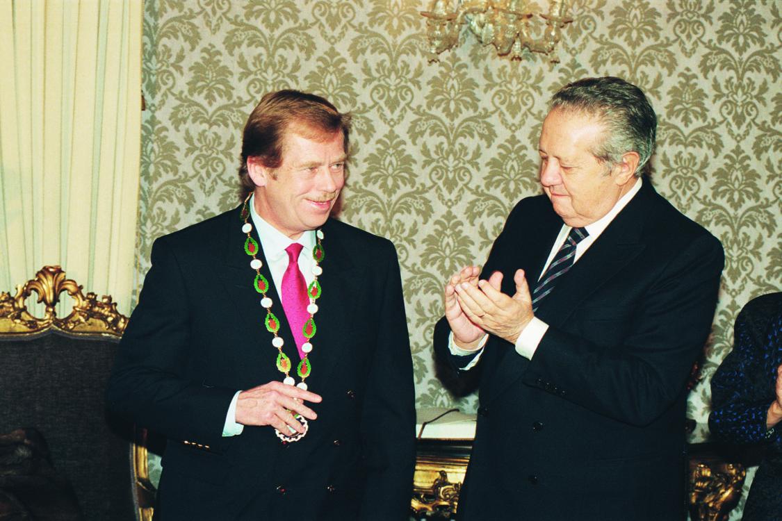 Řád svobody pro Václava Havla, 1990. Zdroj: Fundaçao Mário Soares / Arquivo Soares