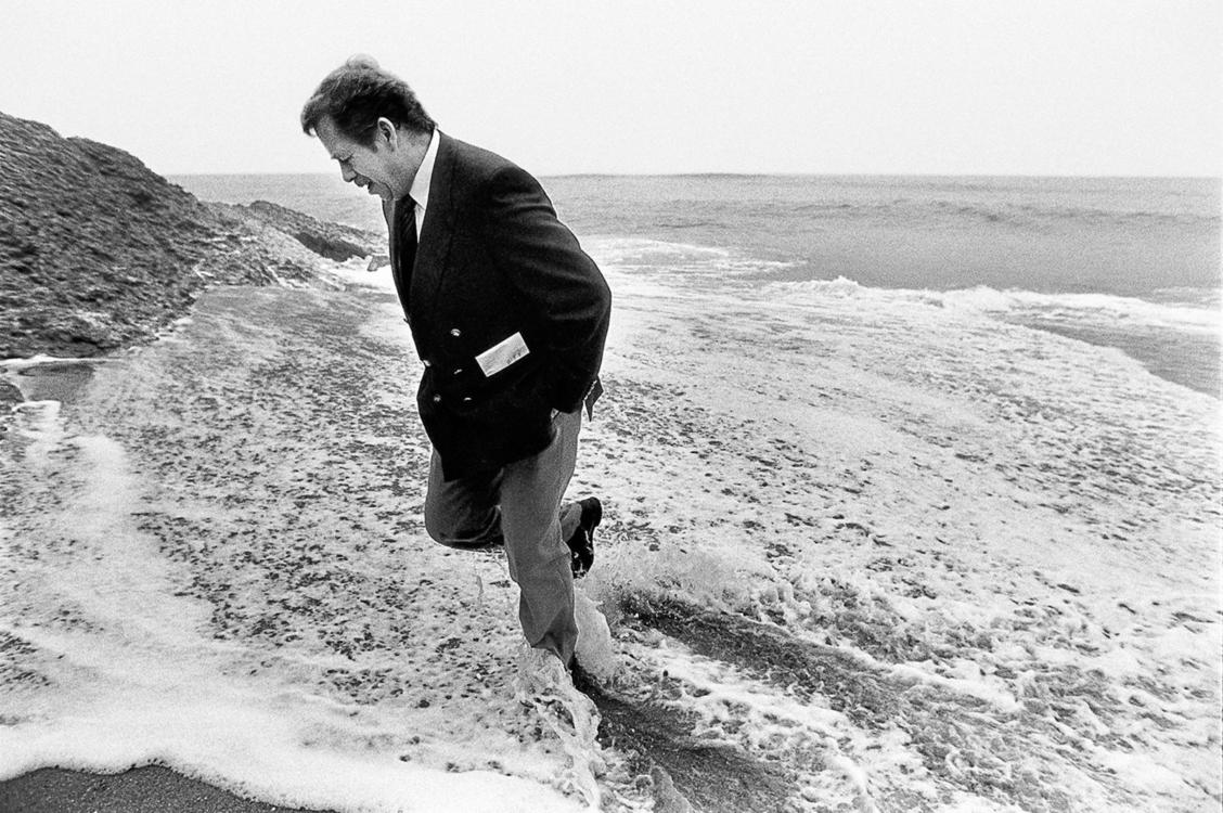 Portugalsko, 14. prosinec 1990 - Cabo da Roca - V. Havel na pobřeží Atlantického oceánu poblíž nejzápadnějšího výběžku evropského kontinentu, foto:Tomki Němec/400ASA. Jakékoli jiné/další šíření fotografie jen s písemným svolením autora.