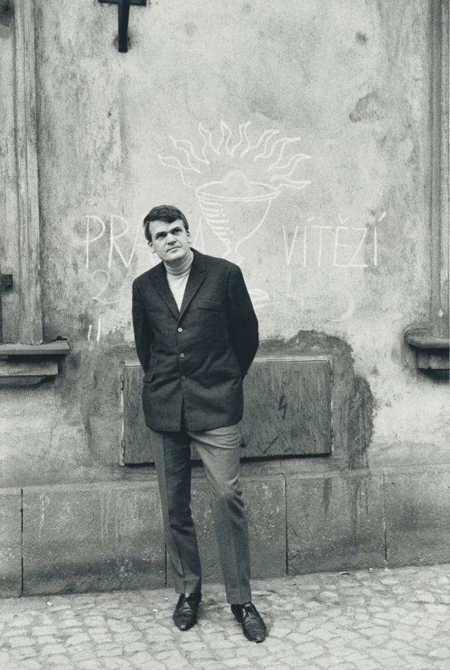 Gisèle Freund, Milan Kundera na 5. sjezdu českých spisovatelů v Praze, 1967. Foto Gisèle Freund/IMEC/Fonds MCC