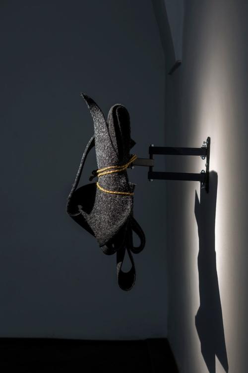 pohled do výstavy Start up: Richard Janeček: I Think in an Ideal World, It Would Have Ended Very Differently, Colloredo-Mansfeldský palác, kočárovna, 2019. Foto Richard Janeček