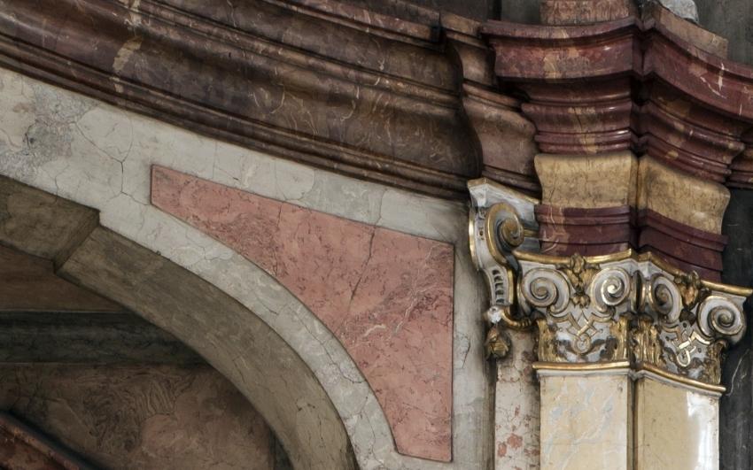 detail sloupu zrcadla v tanečním sále Colloredo-Mansfeldského paláce