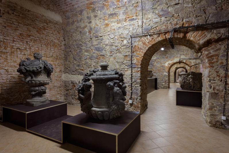 pohled do výstavy Kamenné poklady pražských zahrad, sklepení zámku Troja