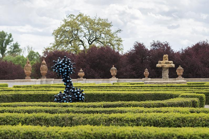 installation of Jan Kovářík in the Troja Château garden, 2020