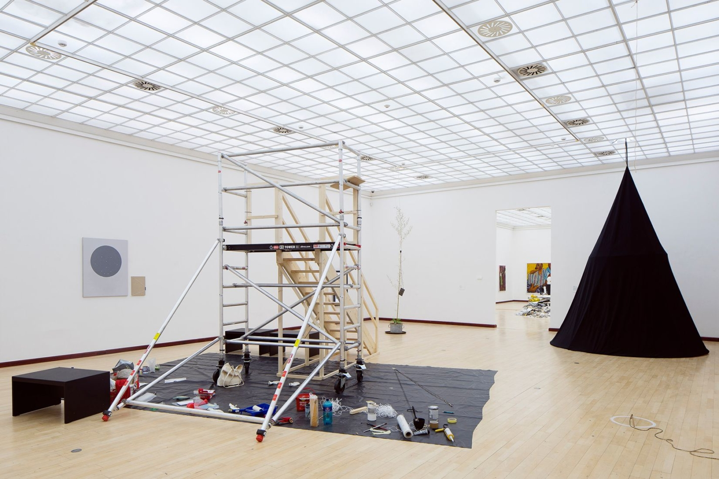 pohled do výstavy Ve věci umění / Matter of Art 2020 / Pojď blíž – Bienále současného umění Praha, Městská knihovna, 2. patro, 2020. Foto Tomáš Souček