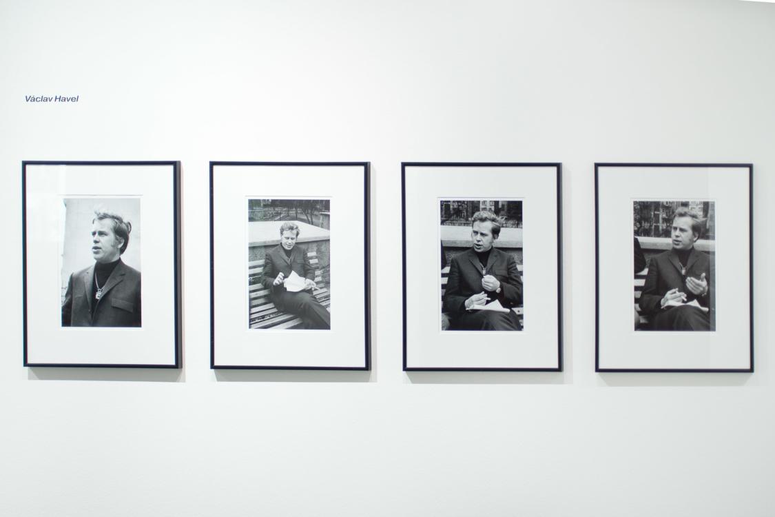 pohled do instalace výstavy Gisèle Freund a Timm Rautert: Havel, Kundera a Sudek očima fotografů v roce 1967. Dům fotografie, 2018. Foto Tomáš Souček