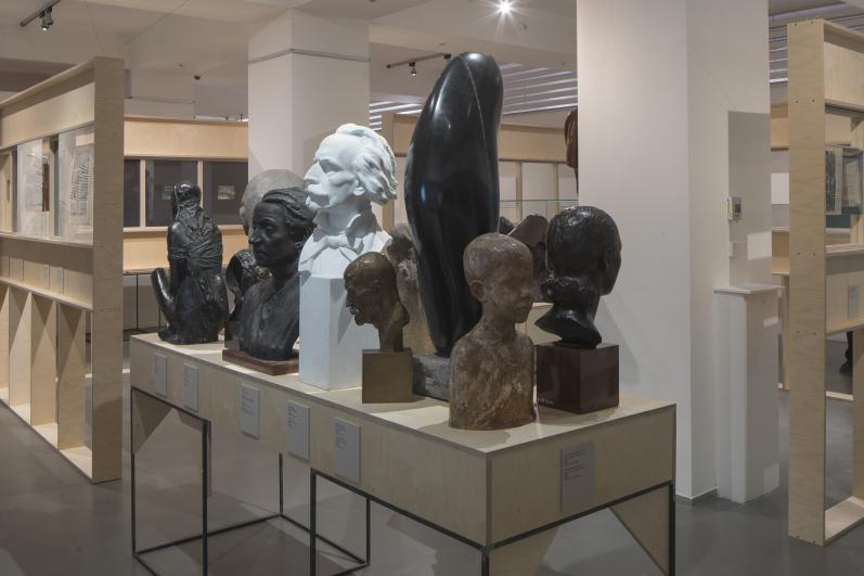 Z instalace výstavy Fešandy ze šuplíků. Sudek a sochy. Foto Tomáš Souček.