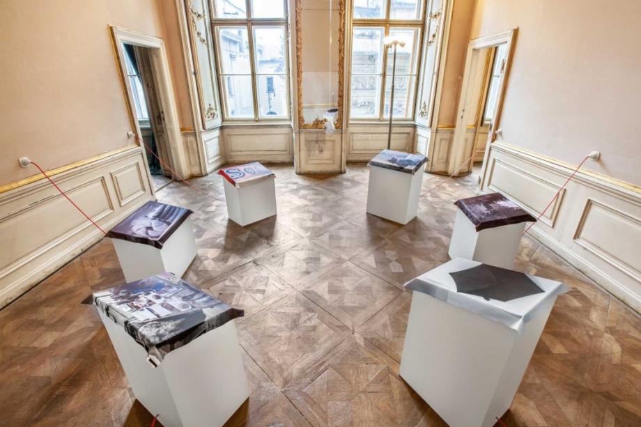 pohled do výstavy Alena Kotzmannová: Králík a královna, Colloredo-Mansfeldský palác, 2016. Foto Anna Pleslová