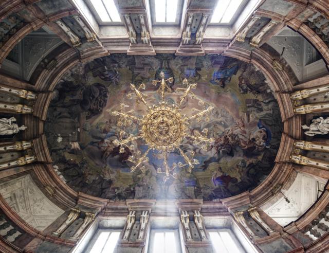 strop tanečního sálu v Colloredo-Mansfeldském paláci. Foto Tomáš Souček